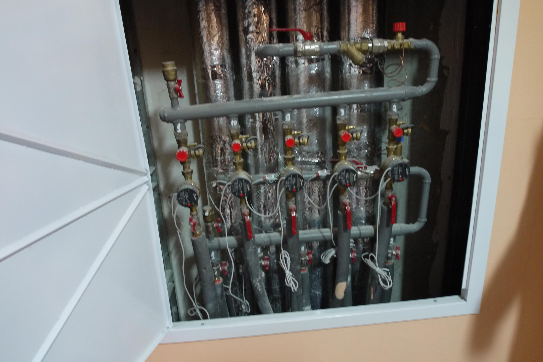 Шкаф с тепловыми счетчиками.